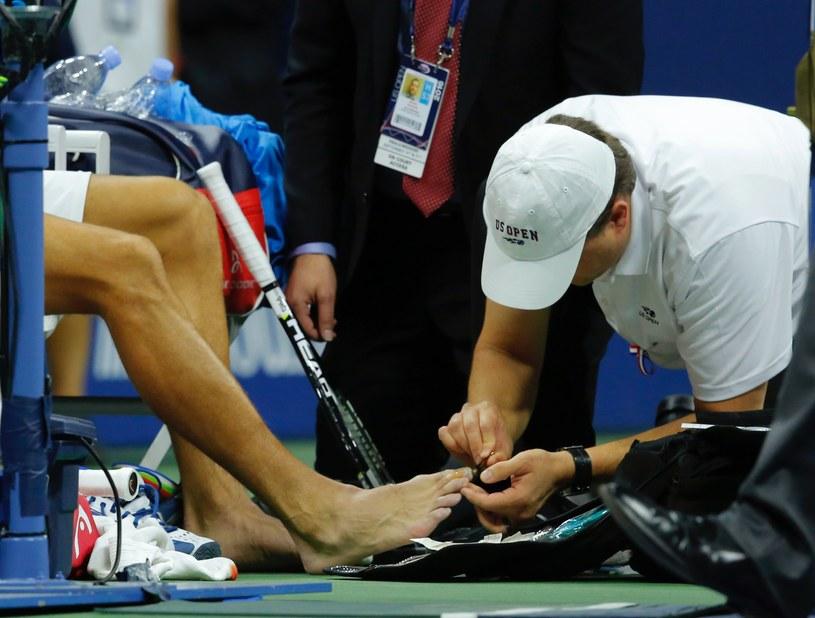 Zabiegi medyczne pomogły Novakowi Djokoviciowi dokończyć mecz, ale nie wygrać go. /AFP