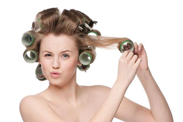 Zabiegi trwałej stylizacji najlepiej sprawdzają się na półdługich, cienkich włosach /©123RF/PICSEL