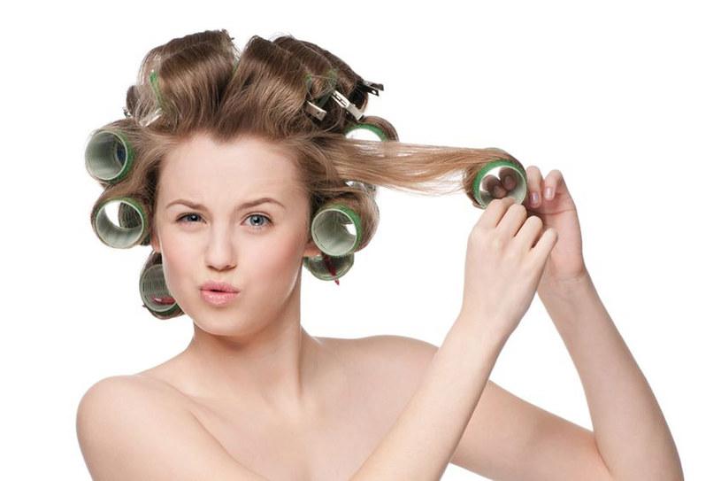 Zabiegi trwałej stylizacji najlepiej sprawdzają się na półdługich, cienkich włosach /123RF/PICSEL