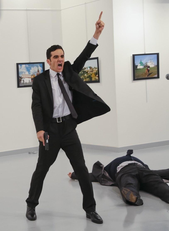 Zabójca ambasadora Rosji w Ankarze chwilę po popełnieniu zbrodni /Burhan Ozbilici /AP