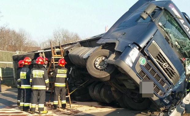 Zabrze: Ciężarówka z węglem przewróciła się na DTŚ