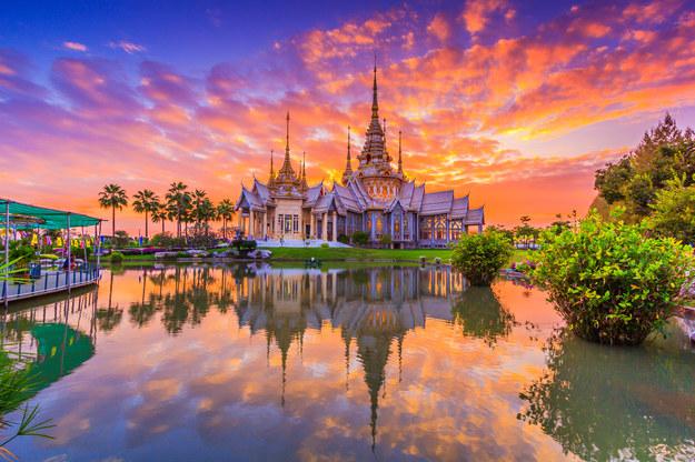 Zachód słońca nad świątynią w Tajlandii /123/RF PICSEL