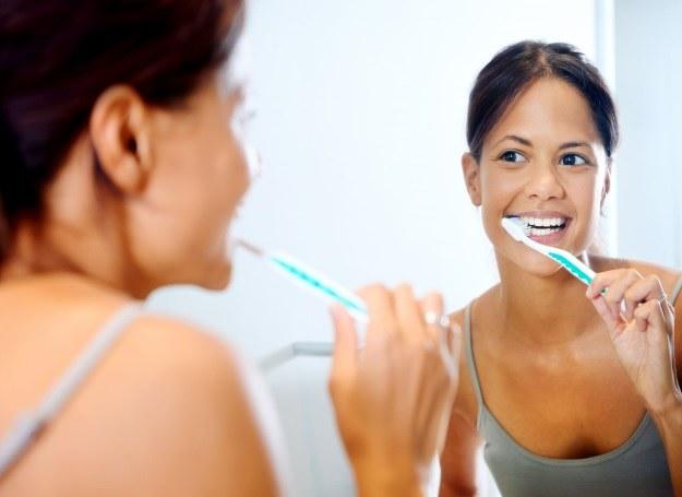 Zacznij od podstaw i poznaj właściwą technikę mycia zębów /©123RF/PICSEL