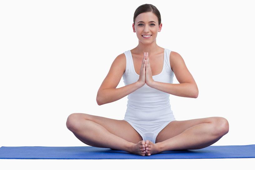 Zacznij ranek od rozciągania. Dzięki temu uwolnisz mięśnie od zgromadzonego napięcia /©123RF/PICSEL