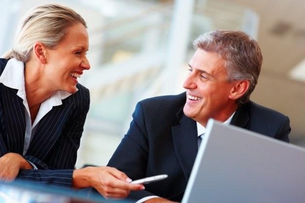 Zadowoleni pracownicy są bardziej przyjaźni dla współpracowników, a także lepiej traktują klientów /© Bauer