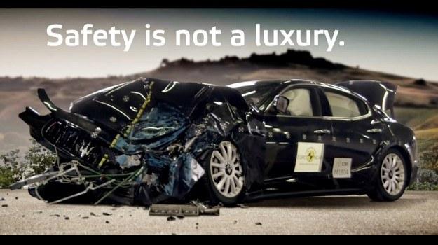 """Zadowolone z wyników testów zderzeniowych Maserati stworzyło reklamę limuzyny Ghibli pod hasem """"bezpieczeństwo nie jest luksusem"""". /Maserati"""