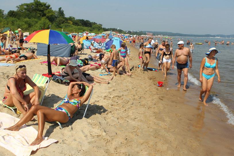 Zakaz kąpieli obowiązuje w Trójmieście i w kilku miejscowościach na Półwyspie Helu. Na zdjęciu plaża w Sopocie /Piotr Wittman /PAP