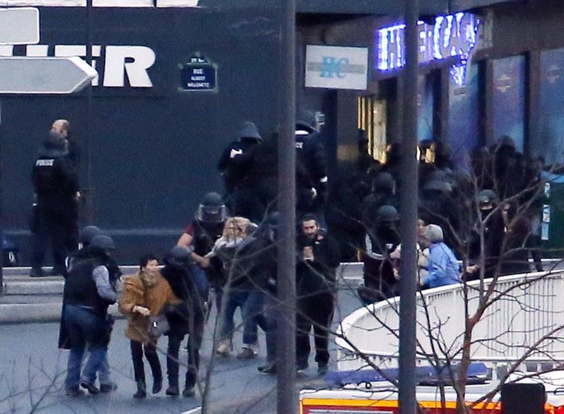 Zakładnicy wyprowadzani ze sklepu /AFP