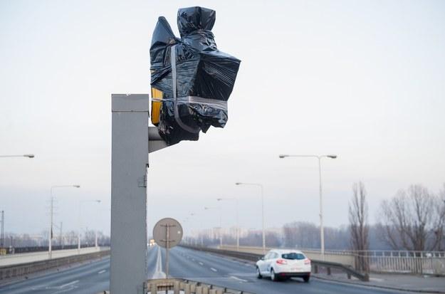 Zaklejony fotoradar - sporo można ich teraz spotkać /Bartosz Krupa /East News