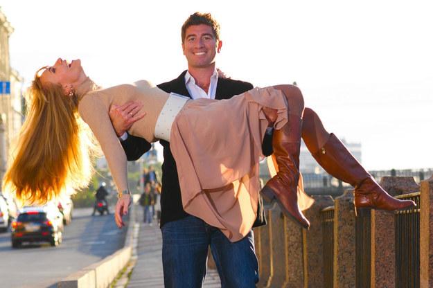 Zakochał się w koleżance z pracy? Zdaniem psychologa, jego potrzeby w związku nie zostały zrealizowane /©123RF/PICSEL