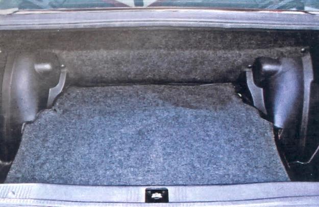 Załadunek bagażnika o pojemności 410 I utrudnia jego bardzo wysoki próg. /Motor