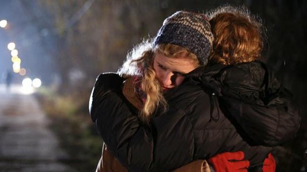 Zalaną łzami dziewczynę odnajdzie na przystanku Ewa. /www.mjakmilosc.tvp.pl/