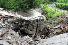 Zalane piwnice i zniszczona droga po nawałnicy w Lipowej