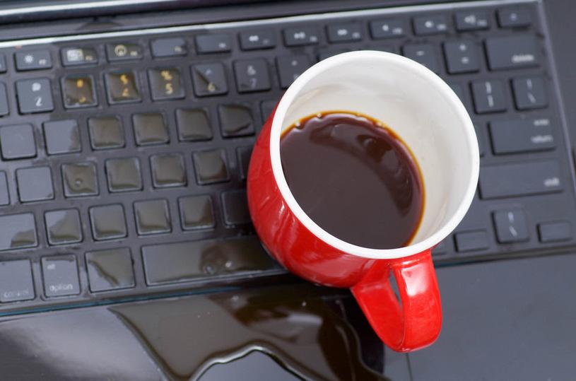 Zalanie laptopa może zdarzyć się każdemu /materiały prasowe