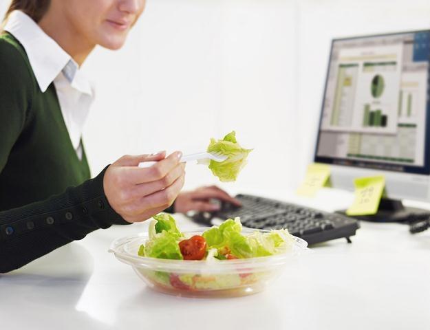 Zaledwie 5 proc. ankietowanych zamawia do pracy lunch dbając o to, by był zdrowy /© Panthermedia