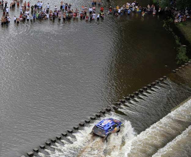 Załoga Carlos Sainz  -  Lucas Cruz  pokonuje rzekę  Santa Rosa /AFP