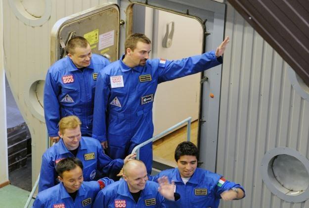 Załoga projektu Mars 500 opuszcza imitację statku kosmicznego /AFP