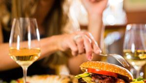 Zamawiaj posiłki wcześniej. Zjesz mniej