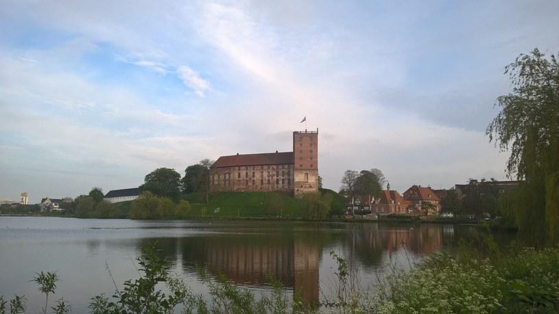 Zamek w Koldyndze położony jest nad brzegiem jeziora /Adam Wieczorek /INTERIA.PL