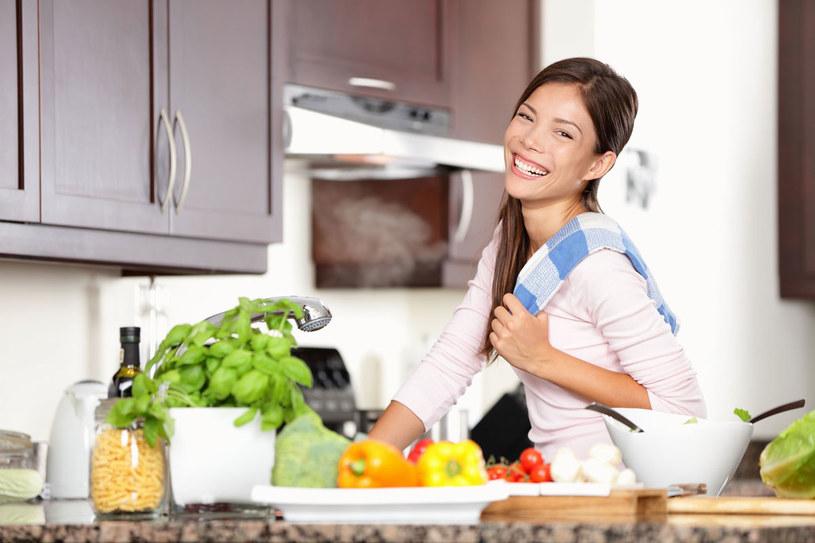 Zamiast gotować oddzielnie składniki - zrób danie pieczone w piekarniku /123RF/PICSEL