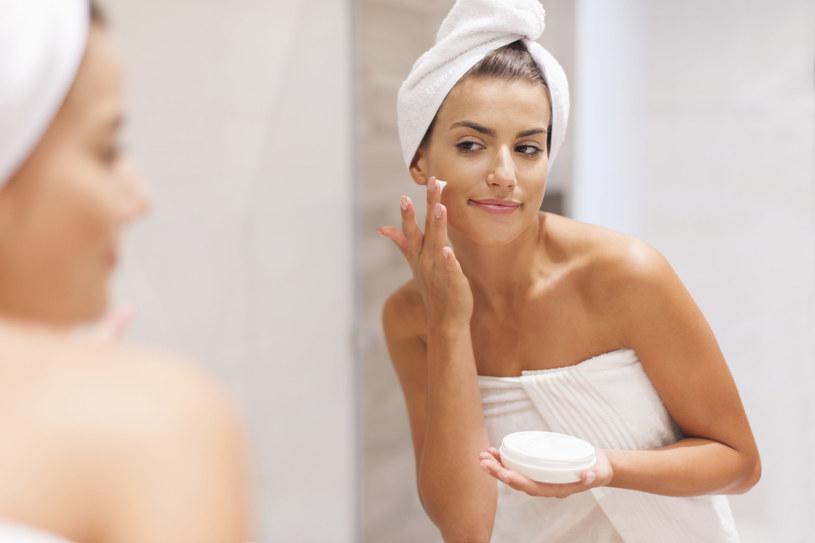 Zamiast kupować drogie odmładzające kremy, które mogą uczulać, smarujmy wieczorem twarz, szyję i dekolt olejkiem, np. arganowym /©123RF/PICSEL