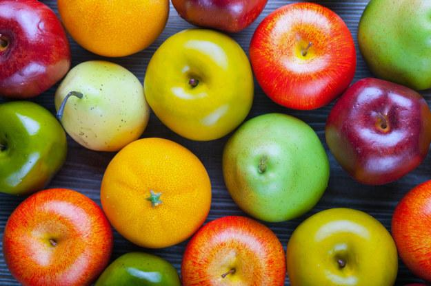Zamiast lizaka, daj dziecku jabłko /123/RF PICSEL