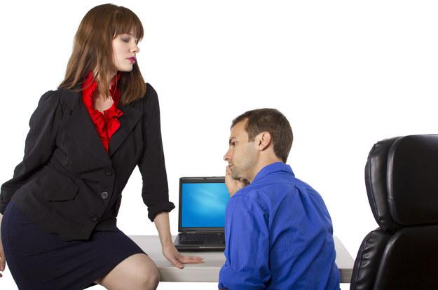 Zamiast romansować w pracy, trzeba odnowić więź z mężem /123/RF PICSEL