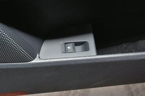 Zamiast tradycyjnej dźwigienki przy fotelu albo zamka na kluczyk, w wielu VW zatrzask klapki zwalnia się przyciskiem w kieszeni drzwi. /Motor
