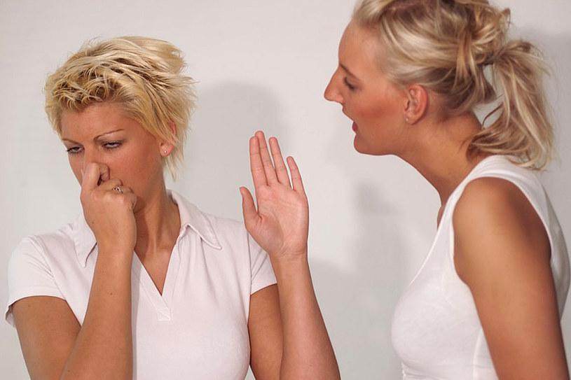 Zamiast zadręczać innych przykrym zapachem, spróbuj prostych trików na błyskawiczne odświeżenie oddechu /East News