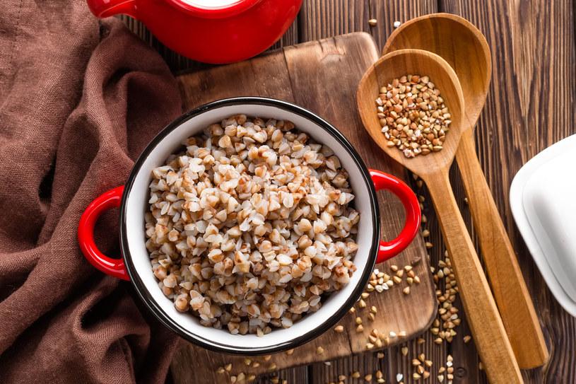 Zamiast ziemniaków warto wybrać kaszę. Ma ona dużo więcej składników odżywczych /©123RF/PICSEL