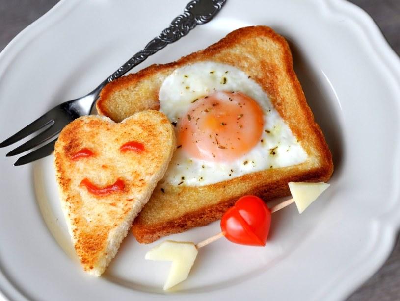 Zamiast zwykłego pieczywa użyj chleba tostowego /123RF/PICSEL