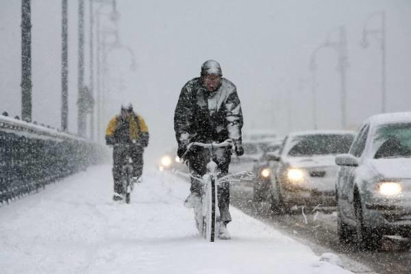 Zamiecie śnieżne sparaliżowały ruch na drogach /AFP