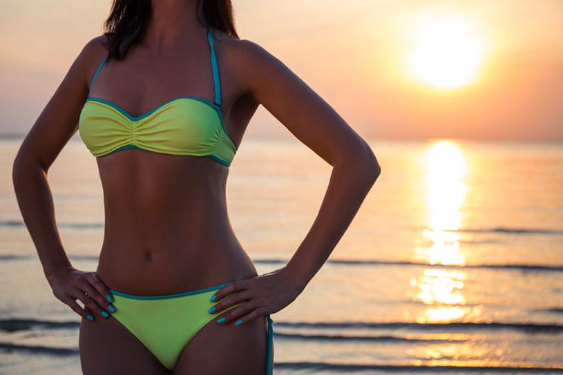 Zanieczyszczenia wody wychwycone przez bikini są przechowywane w specjalnych porach materiału i nie powinny stykać się ze skórą użytkowniczki /123RF/PICSEL