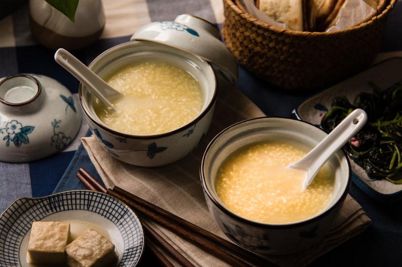 Zanim przystąpisz do gotowania kaszy, warto ją namoczyć w wodzie z cytryną /©123RF/PICSEL