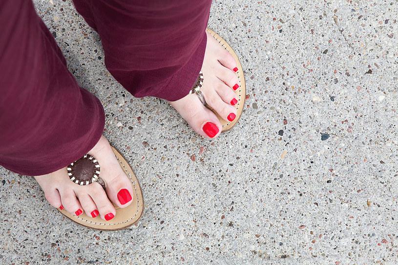 Zanim wskoczysz w sandały lub japonki zatroszcz się o swoje stopy /123RF/PICSEL