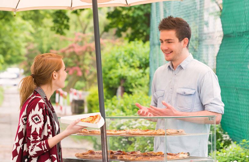 Zanim zdecydujemy się zamówić posiłek, obejrzyjmy miejsce,  w którym jest przygotowywany /©123RF/PICSEL