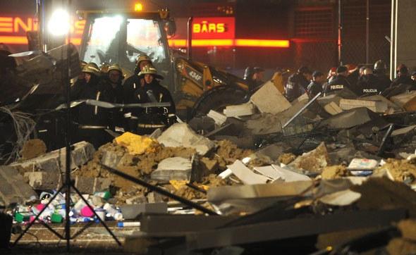 Zapadła się część dachu o powierzchni ok. 500 metrów kwadratowych. /AFP