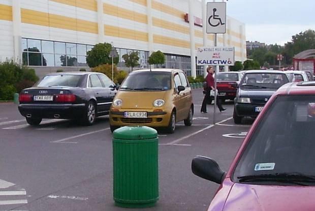 Zaparkować można też na pasach... / Kliknij /INTERIA.PL