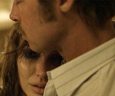 Zapłakana Angelina Jolie w objęciach Brada Pitta