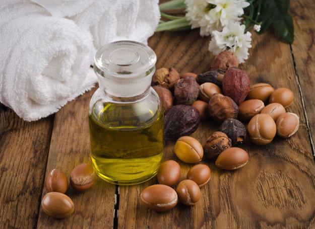 Zapobiega zmarszczkom – to wyjątkowo skuteczny i wszechstronny w działaniu olej /123RF/PICSEL