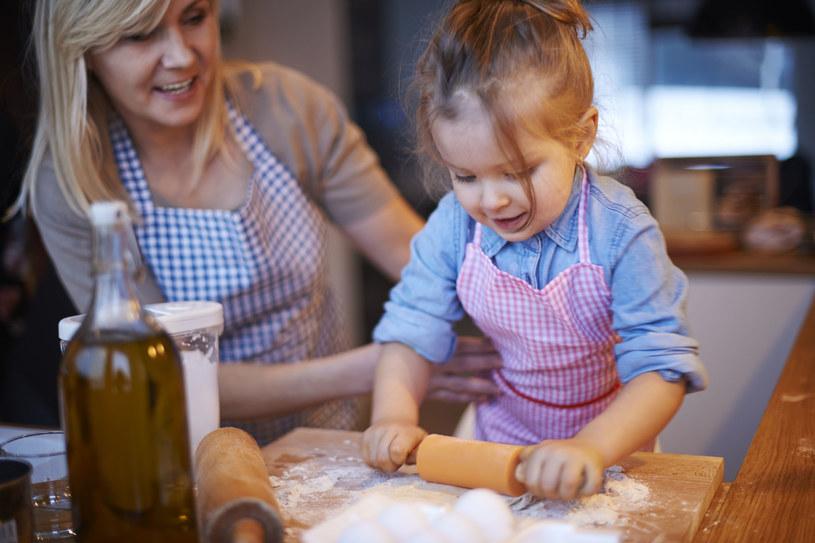 Zapraszając dziecko do kuchni, uczymy je, że każdy członek rodziny ma swoje obowiązki /©123RF/PICSEL