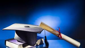 Zarobki absolwentów wybranych uczelni wyższych w pierwszym roku pracy