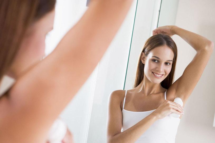 """Zarówno dezodorant, jak i antyperspirant może być stosowany tylko na umytą, suchą skórę, inaczej potrafi stworzyć piorunującą mieszankę z naszym """"naturalnym"""" zapachem /123RF/PICSEL"""