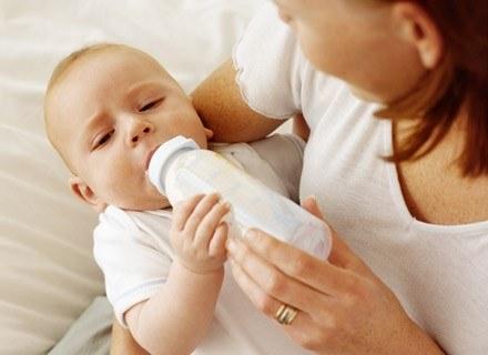 Zarówno karmienie piersią, jak i butelką powinno odbywać się w atmosferze spokoju i relaku