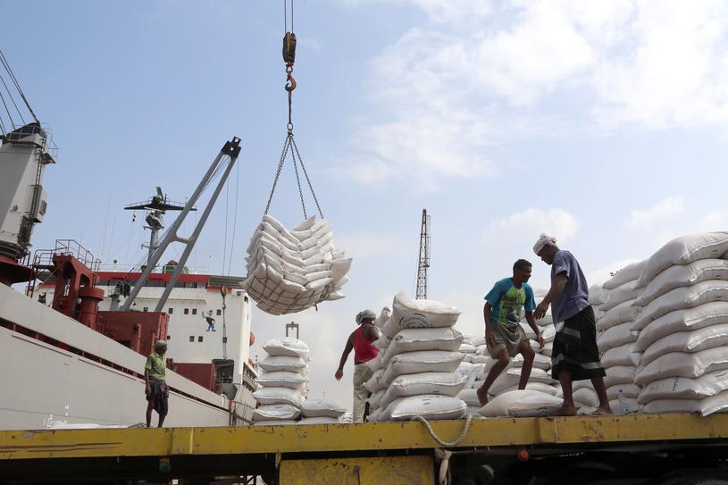 Zarówno port jak i samo miasto to najważniejszy punkt przez jaki do Jemenu jest sprowadzana żywność /Abdo HYDER /AFP