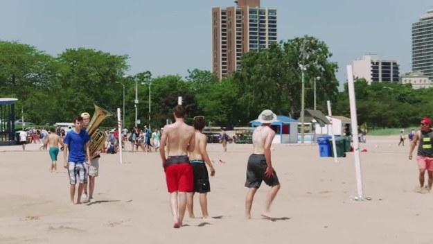 Żart na plaży. Dziewczyny były zachwycone!