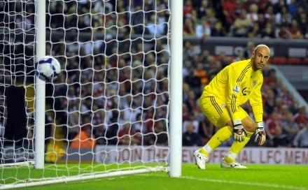 Zaskoczony Jose Reina przepuszcza pierwszego gola. /AFP