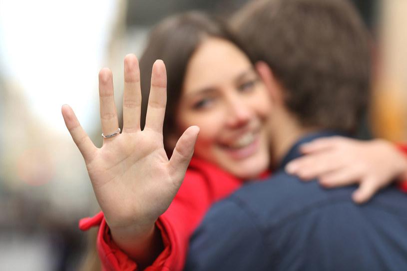 Zaskoczy partnerkę i wybierz nietypowe miejsce zaręczyn /Picsel /123RF/PICSEL