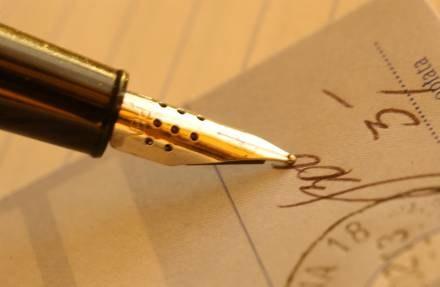 Zastanów się dwa razy, zanim podpiszesz umowę! /© Bauer