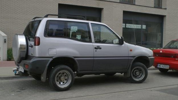 Zastosowanie mniejszych kół i opon w rozmiarze innym od zalecanego przez producenta może też pogorszyć prowadzenie samochodu. /Motor